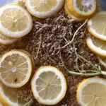 Holunderblüten und Zitronenscheiben schwimmen im Zuckersirup.