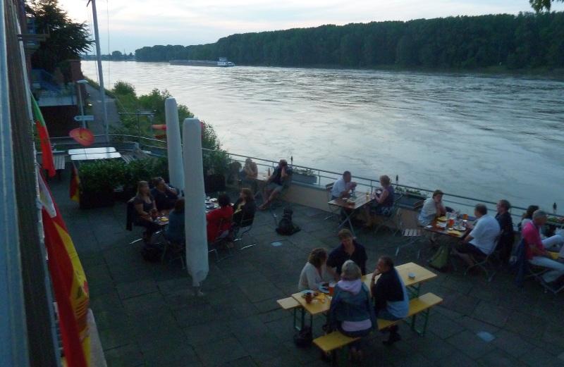 Die Terrasse am Abend - direkt am Rhein.