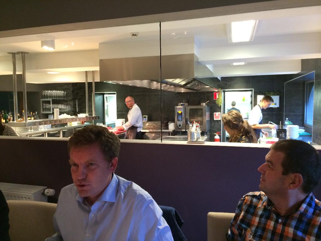 Blick in die Küche: Mario Elias am Herd.