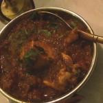 Sämige Saucen halten im Kupferkessel das Fleisch saftig
