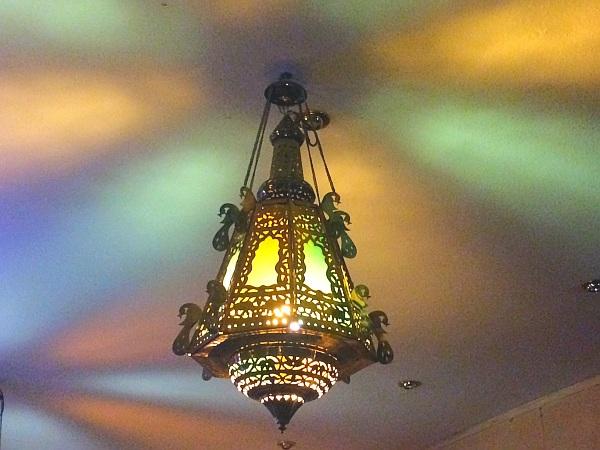 Farbige Lichtspiele an der Decke