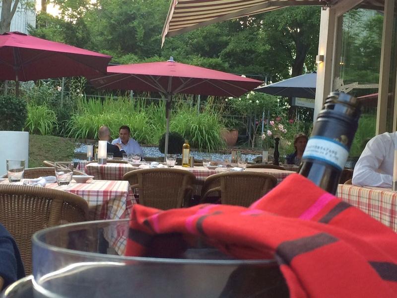 Idylle im Innenhof: Karodecken für Tische und Weinkühler im Forissimo.