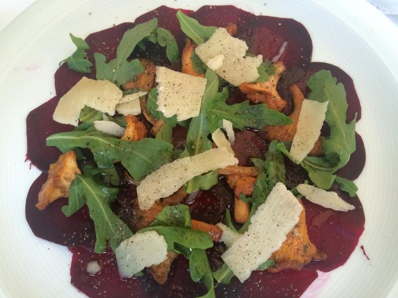 Aromenbombe: Carpaccio aus roter Beete mit Pfifferlingen, Rauke und Parmesan.