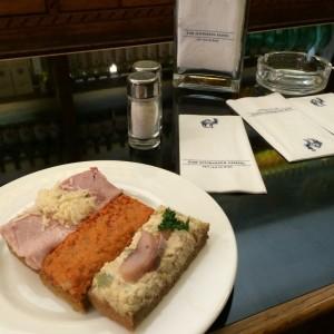 Mehr als belegte Brote: Beinschinken mit Kren, scharfer Fleischsalat und andere Köstlichkeiten im Schwarzen Kameel.