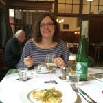 Im Gasthaus Ubl: Bettina lässt sich die Frittatensuppe schmecken. Auch der gebratene Fenchel kann sich sehen lassen.