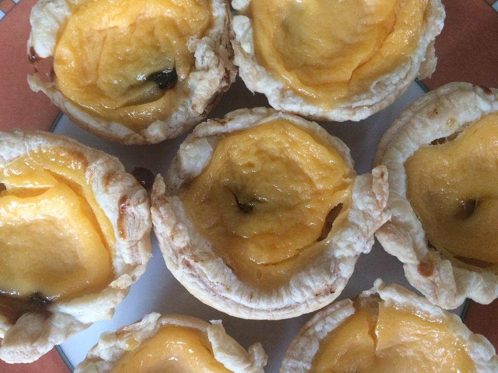 Schnell gemacht: Far breton in Miniaturform als kleine Eierkuchen mit Backpflaume.