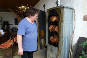 Es räuchert: Sylvia Niederprüm am Ofen auf der Terrasse.